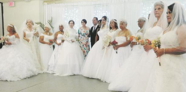 mujeres de la tercera edad se visten de novias