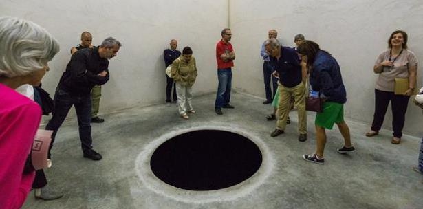 Resultado de imagen para Un hombre cayó en un enorme agujero negro en un museo de arte que pensó que era una obra de arte.
