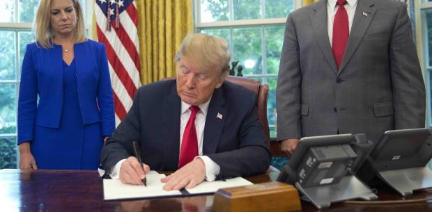 Trump firma orden para detener la separación familiar